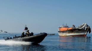 Des pirates appréhendés en 2014 par les forces navales européennes (NAVFOR), au large des côtes somaliennes.