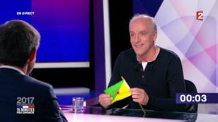 Philippe Pouton, candidat du NPA, et le drapeau de la Guyane.