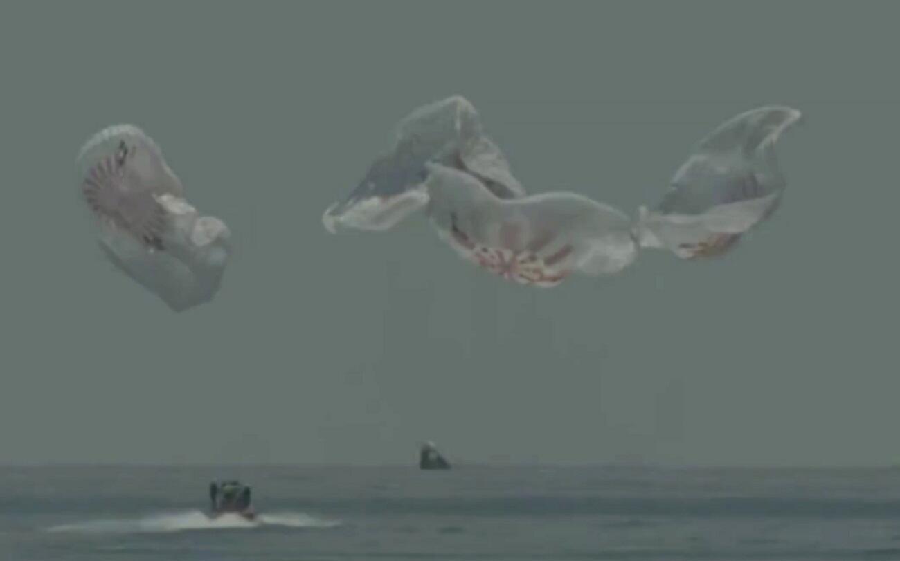 Dans cette capture d'image de NASA TV, la capsule SpaceX atterrit dans le golfe du Mexique, dimanche 2 août 2020.