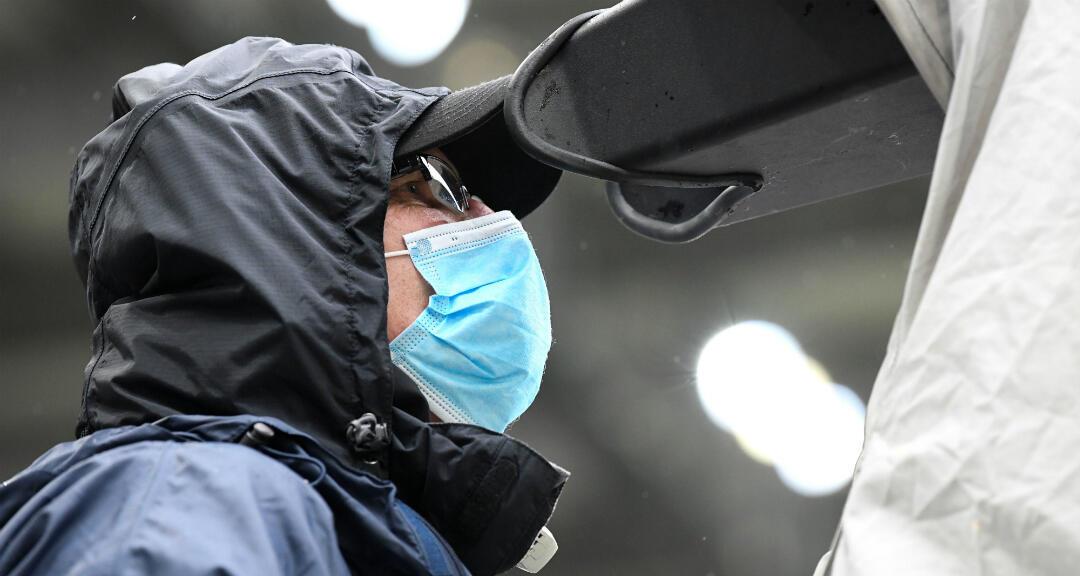 Un integrante de los medios de comunicación con una mascarilla antes de un partido de la Bundesliga. Freiburg, Alemania, el 23 de mayo.