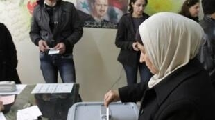 مقترعون في آخر انتخابات لمجالس الإدارة المحلية جرت في كانون الأول/ديسمبر 2011