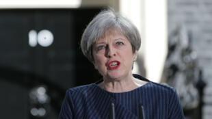 La Première ministre du Royaume-Uni, Theresa May, devant le 10, Downing Street à Londres, le 18 avril 2017.