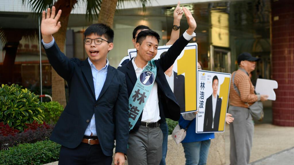 El activista prodemocracia de Hong Kong Joshua Wong hace campaña por Kelvin Lam, candidato en las elecciones del Consejo de Distrito en Hong Kong, China, el 23 de noviembre de 2019.