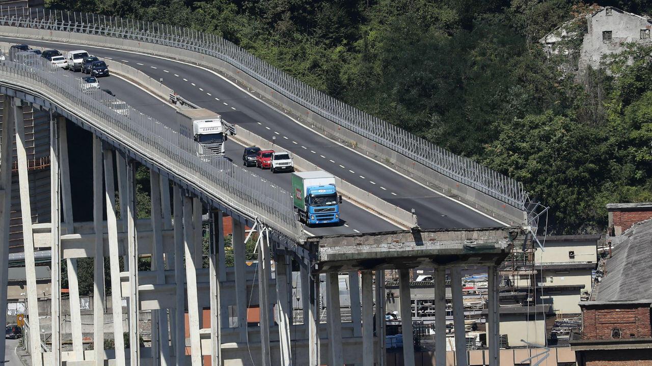 Des véhicules à l'arrêt sur le pont de Gênes, au lendemain de son effondrement, le 15 août 2018.
