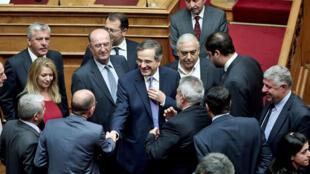 Le Premier ministre grec Antonis Samaras félicite les députés après l'adoption du budget  2015 au Parlement d'Athènes dans la nuit du dimanche 7 décembre.