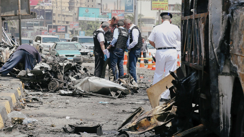 Oficiales de seguridad e investigadores en el lugar de la explosión. EL Cairo, Egipto, 6 de agosto de 2018.
