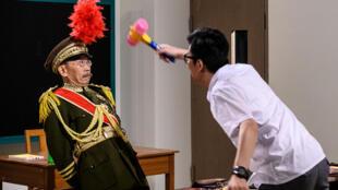 """Les acteurs Ng Chi-sum (g) et Tsang Chi-ho lors de l'épisode finale de """"Headliner"""", le 17 juin 2020 dans un studio de Hong Kong"""