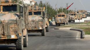 Des véhicules militaires turcs déployés près de la ville turque de Ceylanpinar, à la frontière avec la Syrie, le 11 octobre..