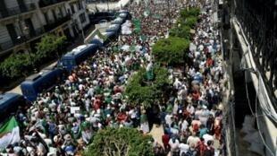 متظاهرون في العاصمة الجزائرية في 12 يوليو/تموز 2019.