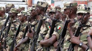 Des soldats sénégalais à l'aéroport d'Abidjan, le 18 janvier 2002.