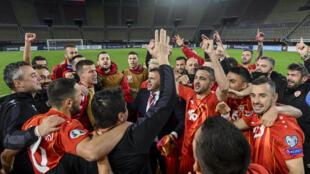 L'entraîneur de Macédoine du Nord, Igor Angelovski (c), fête la victoire avec ses joueurs en demi-finale des barrages de l'Euro-2020 face au Kosovars, à Skopje, le 8 octobre 2020