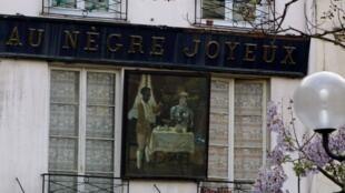 À Paris, des enseignes commerciales héritées de l'époque coloniale créent la pagaille.