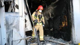 Un bombero sale de un hospital quemado en Miryang, Corea del Sur, el 26 de enero de 2018.