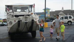 Familiares de una víctima del naufragio, dejan flores en un autobús acuático de la empresa Ride The Ducks Tours en Missouri, Estados Unidos el 20 de julio de 2018.