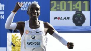 إيليود كيبتشوجي يحتفل بتحقيقه الرقم القياسي العالمي في سباق الماراثون، برلين 16 أيلول/سبتمبر 2018