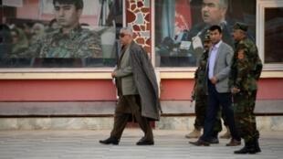 نائب الرئيس الأفغاني عبد الرشيد دوستم (يسار) بمقره في شيبرغان في 2015.