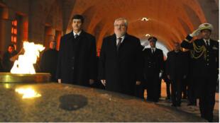 Tayeb Zitouni, ministre des Moudjahidine, et Jean-Marc Todeschini, secrétaire d'État chargé des Anciens combattants et de la Mémoire, le 27 janvier 2016 à l'ossuaire de Douaumont.