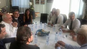 صورة من حساب تويتر الخاص بوزير الخارجية الإيراني محمد جواد ظريف تجمعه بالرئيس الفرنسي إيمانويل ماكرون