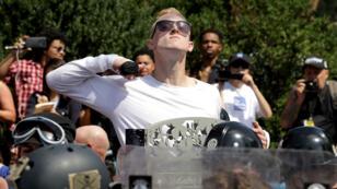 Un manifestant nationaliste défie les contre-manifestants à Charlottesville, le 11 août 2017.