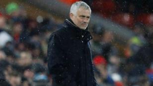 El entrenador José Mourinho observa el encuentro entre su equipo, Manchester United, y Liverpool por la Premier League inglesa en Anfield, el 16 de diciembre de 2018.