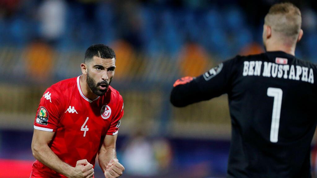Yassine Meriah (Túnez) celebra en la tanda de penaltis contra Ghana junto con su compañero Ben Mustapha.
