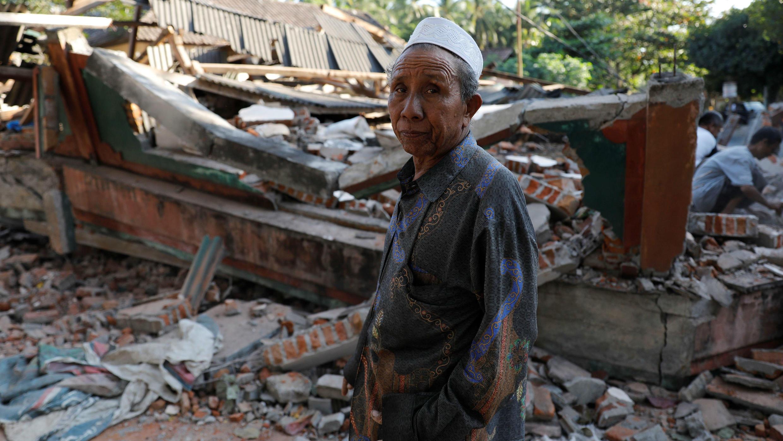 Un hombre camina frente a su casa destruida tras el terremoto del 5 de agosto en Lombok. 6 de agosto de 2018.