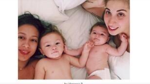 Cette image de Vanessa et Mélanie avec leurs enfants n'apparaît pas dans la publicité diffusée en France.
