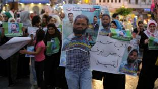 صورة للأسير الفلسطيني محمد علان في مسيرة تضامنية معه