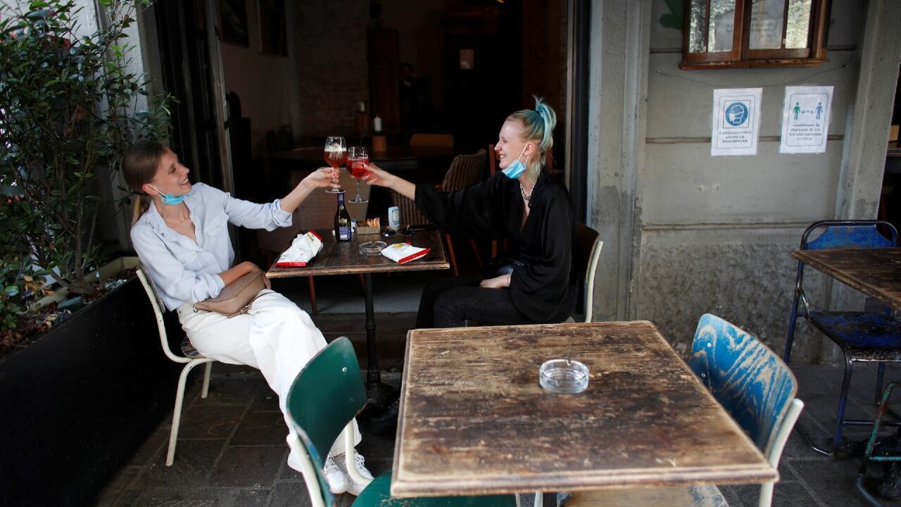 Ciudadanos brindan en un bar, mientras Italia pasa a la fase 2 de desconfinamiento, tras las medidas impuestas por el Covid-19. En Milán, Italia, el 18 de mayo de 2020.