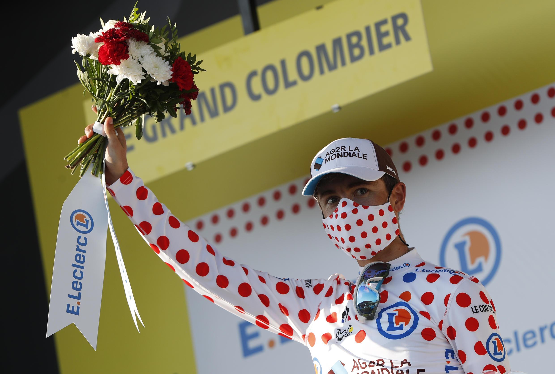 Le protocole de récompenses du Tour de France se déroule masqué en raison du Covid-19.