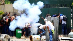 Estudiantes de la Universidad Pública de Agraria (UNA) protestan contra las reformas que implementan cambios en los planes de pensiones del Instituto Nicaragüense de Seguridad Social (INSS) en Managua, Nicaragua, el 19 de abril de 2018.