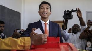 Andry Rajoelina met son bulletin dans l'urne à Antanarivo, le 19 décembre 2018.