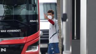 El delantero Thomas Mueller usa una máscara facial después de una sesión de entrenamiento del club de la primera división alemana Bayern Múnich, el 13 de mayo de 2020, en el campus del equipo en Múnich, sur de Alemania.