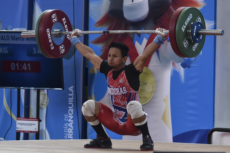 El hondureño Marco Rapalo, compite en levantamiento de pesas en la categoría masculina de los 56 kg.