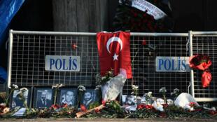Des fleurs déposées devant les lieux de l'attentat à Istanbul.
