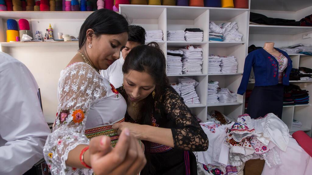 Una clienta prueba un atuendo bordado a mano estilo Puruha en una tienda en Riobamba, Ecuador, el 1 de julio de 2017.