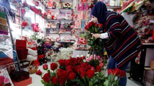 Una mujer sostiene un ramo de rosas en Bagdad. 14/2/2018