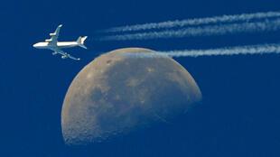Un Boeing 747 passe devant la lune, dans le ciel au-dessus de Martigues, sud de la France, le 30 septembre 2010