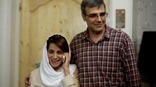 المحامية الإيرانية نسرين سوتوده تتحدث على الهاتف إلى جانب زوجها رضا خندان في منزلهما في طهران بتاريخ 18 أيلول/سبتمبر 2013