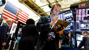 Inversores de bolsa en Nueva York luego de que el Dow Jones cayera más de 600 puntos durante la jornada de este 23 de agosto de 2019.