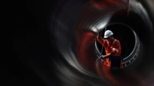Un trabajador se ve a través de una tubería en el lugar donde se construye el gasoducto Nord Stream 2, cerca de la ciudad de Kingisepp, región de Leningrado, Rusia. 5 de junio de 2019.