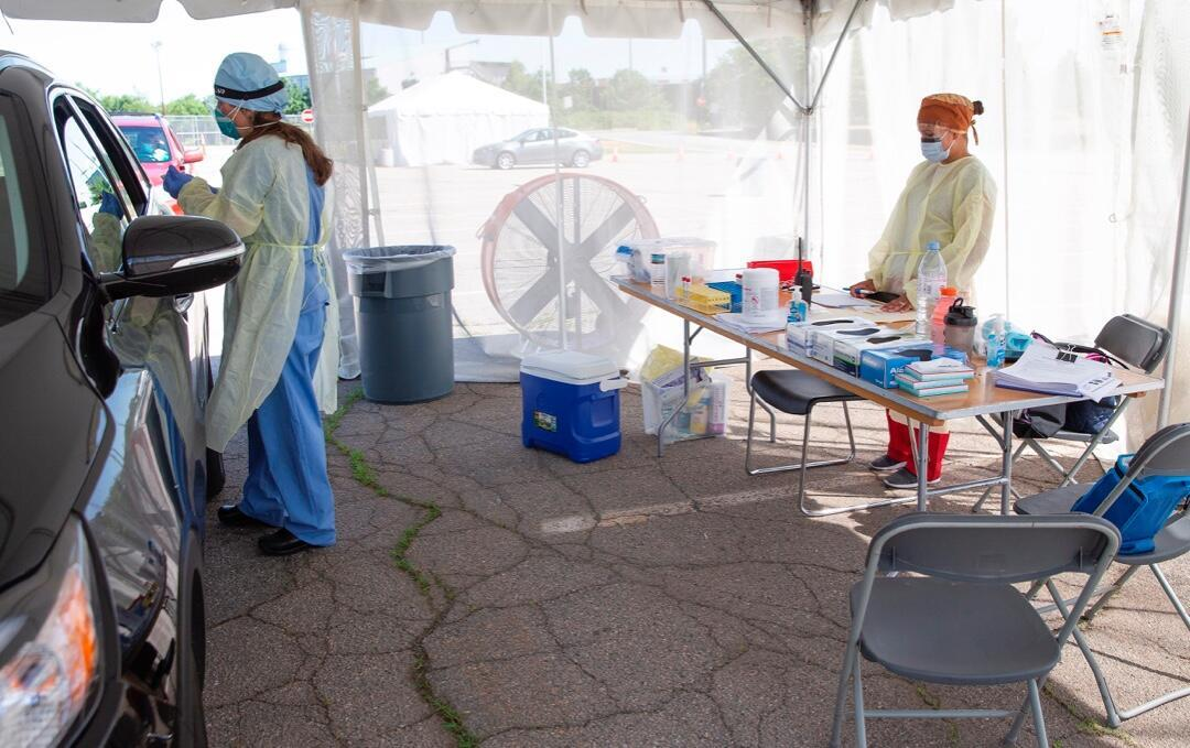 Una enfermera del Brockton Neighborhood Health Center realiza pruebas de Covid-19 a pacientes en la escuela secundaria de Brockton en Brockton, Massachusetts, EE. UU., el 29 de julio de 2020.