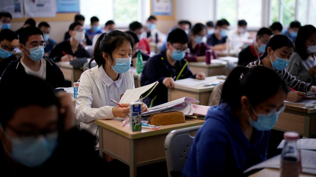 Estudiantes con máscaras faciales en un aula de una escuela secundaria, en Shanghai, China, el 7 de mayo de 2020.