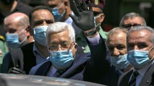 الرئيس الفلسطيني محمود عباس واضعا كمامة خلال جولته في شوارع رام الله في 15 حزيران/يونيو 2020