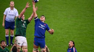 Le flanker de l'équipe de France de rugby, Dylan Cretin, capte un ballon en touche face au 2e ligne irlandais, James Ryan, lors du Tournoi des Six nations, le 31 octobre 2020 au Stade de France à Saint-Denis