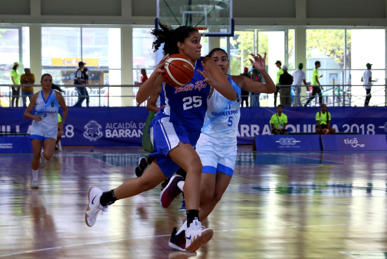 Puerto Rico y Guatemala luchan por el balón durante un partido de baloncesto.