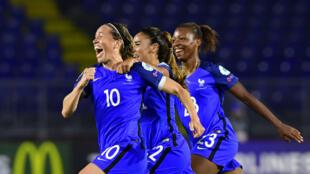 Camille Abily et ses coéquipières fêtent le but contre la Suisse, le 26 juillet 2017, qui leur offre une place en quarts de finale.