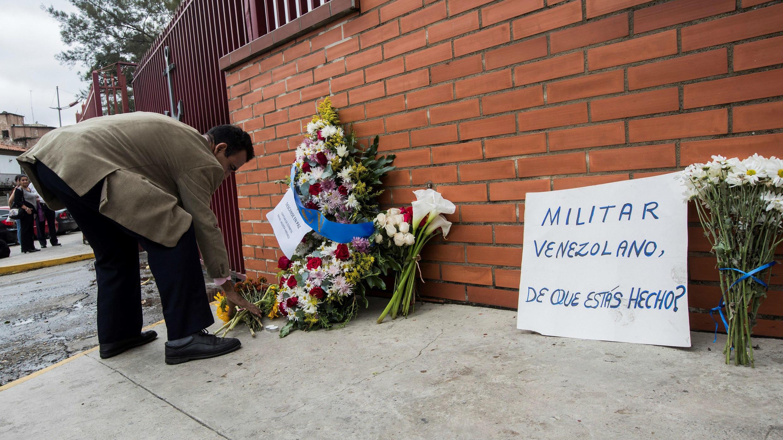 Un hombre deja una ofrenda floral en la entrada del Comando General de la Armada Bolivariana en honor al fallecido capitán  Rafael Acosta Arevalo, en Caracas, Venezuela, el 1 de julio de 2019.