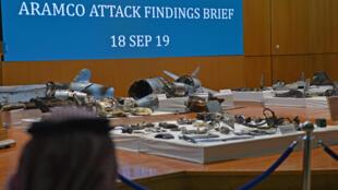 Des fragments de missiles de croisière et de drones d'origine iranienne, selon un porte-parole du ministère saoudien de la défense, exposés lors d'une conférence de presse à Riyad le 18 septembre 2019. Ils ont été récupérés sur le site de l'attaque qui visait les installations de Saudi Aramco.