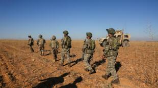 Soldados turcos y estadounidenses realizan la primera patrulla conjunta fuera de Manbij, Siria, el 1 de noviembre de 2018.